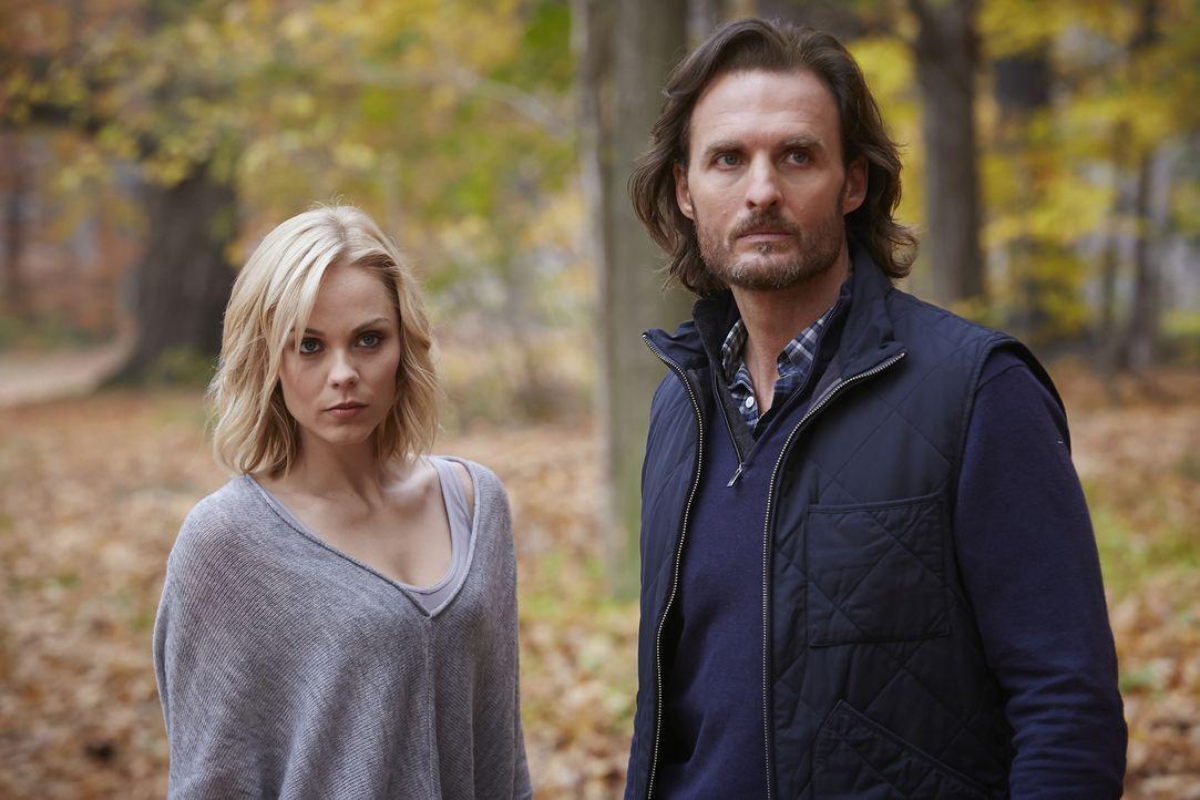 Während Jeremy (Greg Bryk, r.) der angeblich unausweichlichen Wahrheit ins Auge blickt, will Elena (Laura Vandervoort, l.) noch nicht aufgeben ... - Bildquelle: 2015 She-Wolf Season 2 Productions Inc.