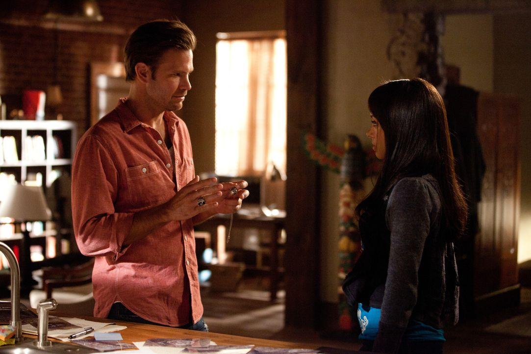 Zusammen mit Alaric Saltzman (Matthew Davis, l.) versucht Elena (Nina Dobrev, r.) herauszufinden, was die Wandzeichnungen in der Höhle bedeuten kö... - Bildquelle: Warner Bros. Television