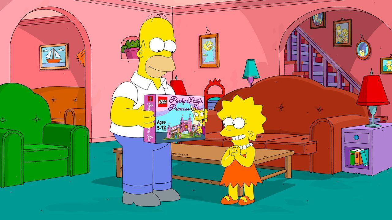 Homer (l.) schenkt Lisa (r.) ein Spiel, das er im Laden des Comicverkäufers erworben hat. Nur eine von vielen Aktionen, mit denen er sich die Liebe... - Bildquelle: 2013 Twentieth Century Fox Film Corporation. All rights reserved.