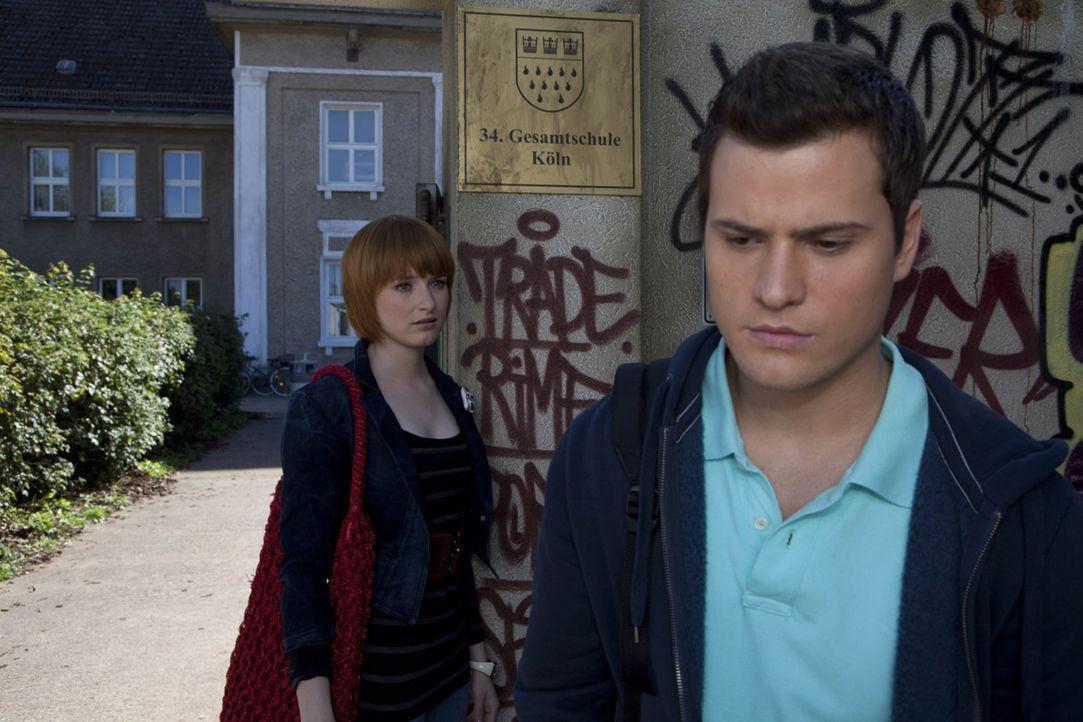 Timo (Rocco Stark, r.) stellt Sophie (Franciska Friede, l.) vor die Wahl: Entweder bekennt sie sich zu ihm oder sie kann ihre Beziehung vergessen ... - Bildquelle: SAT.1