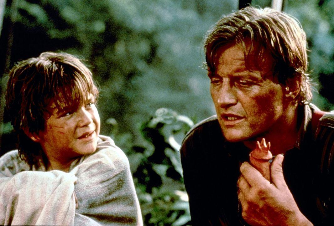 Zusammen mit Billy (Brandon Call, l.) macht sich Nick (Rutger Hauer, r.) auf den Weg, Frank aus den Händen MacCreadys zu befreien ... - Bildquelle: TriStar Pictures