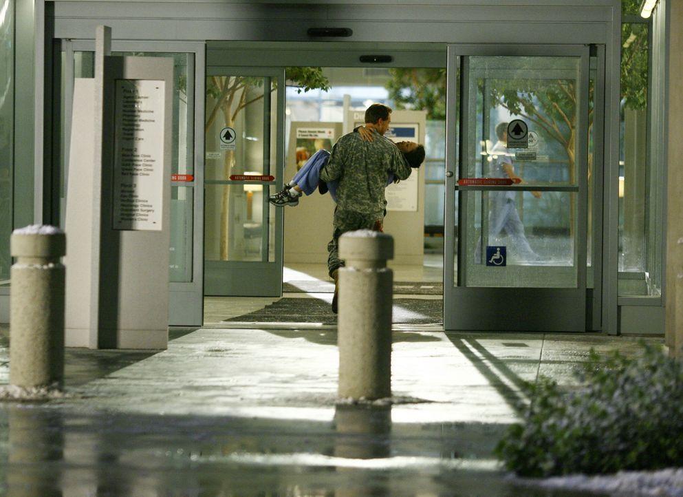 Owen (Kevin McKidd, l.) findet die verletzte Cristina (Sandra Oh, r.) und bringt sie in einen Behandlungsraum. Auf Richards Anweisung hin wird Crist... - Bildquelle: Touchstone Television