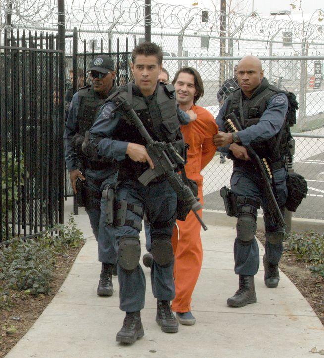Als Drogenboss Alex Montel (Olivier Martinez, 2.v.r.) vor laufender Kamera 100 Millionen Dollar auf seine Befreiung ausgesetzt hat, bekommt das S.W.... - Bildquelle: 2004 Sony Pictures Television International. All Rights Reserved.