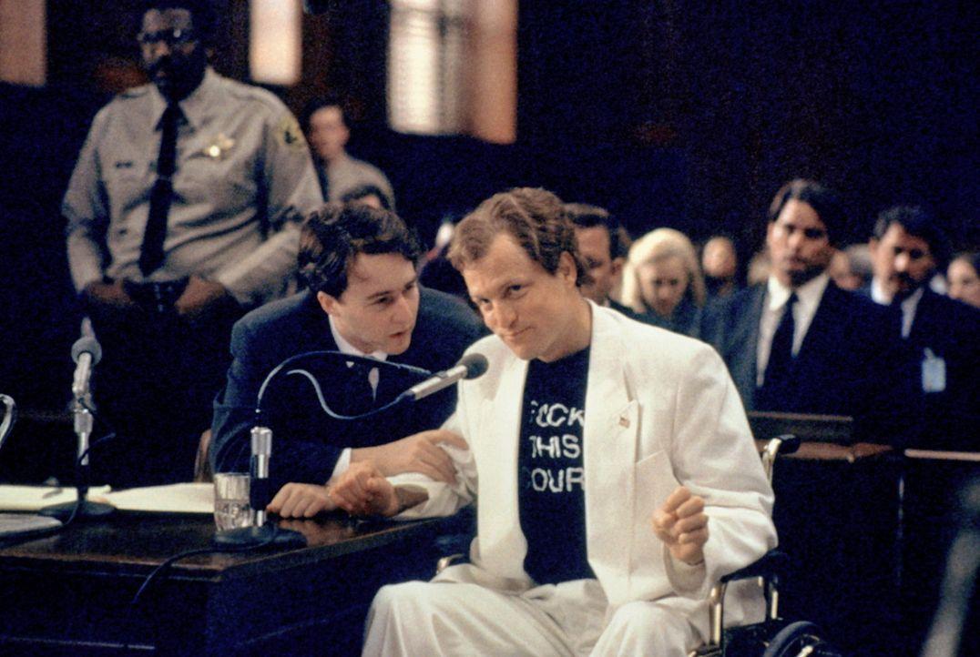 Mit Hilfe des engagierten Anwalts Alan Isaacman (Edward Norton, l.) startet Larry Flynt (Woody Harrelson, r.) einen Kreuzzug gegen das Zensurvorhabe... - Bildquelle: Columbia Pictures