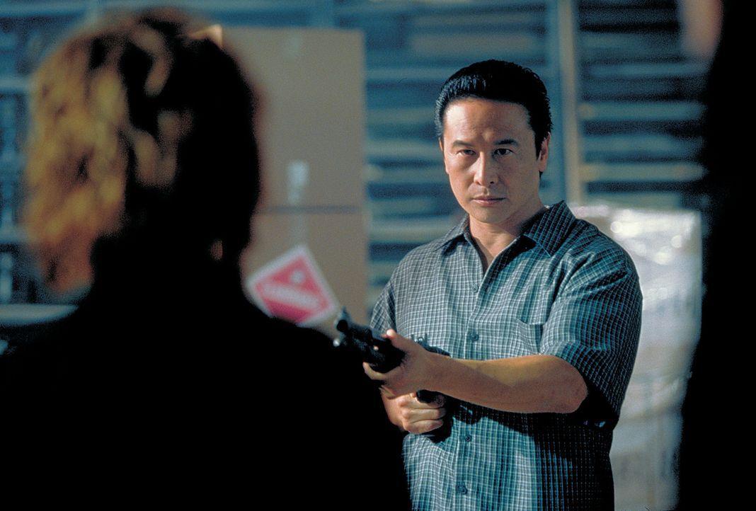 Cho Sung (James Lew, r.) bedroht Julie (Cynthia Rothrock, l.)  er kann ja nicht ahnen, dass sie Trägerin des Schwarzen Gürtels ist - Bildquelle: Sony 2007 CPT Holdings, Inc.  All Rights Reserved.