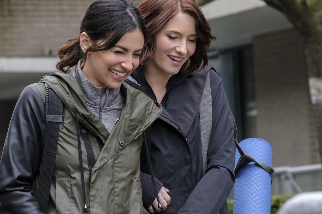 Könnten glücklicher nicht sein: Maggie (Floriana Lima, l.) und Alex (Chyler Leigh, r.). Doch plötzlich läuft das Liebespaar in die Arme von Maggies... - Bildquelle: 2016 Warner Brothers
