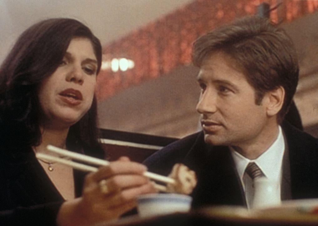 Mulder (David Duchovny, r.) verfolgt die korrupte Bergungsunternehmerin Geraldine Kallenchuk (Jo-Anne Bates, l.) bis nach Hongkong. - Bildquelle: TM +   2000 Twentieth Century Fox Film Corporation. All Rights Reserved.