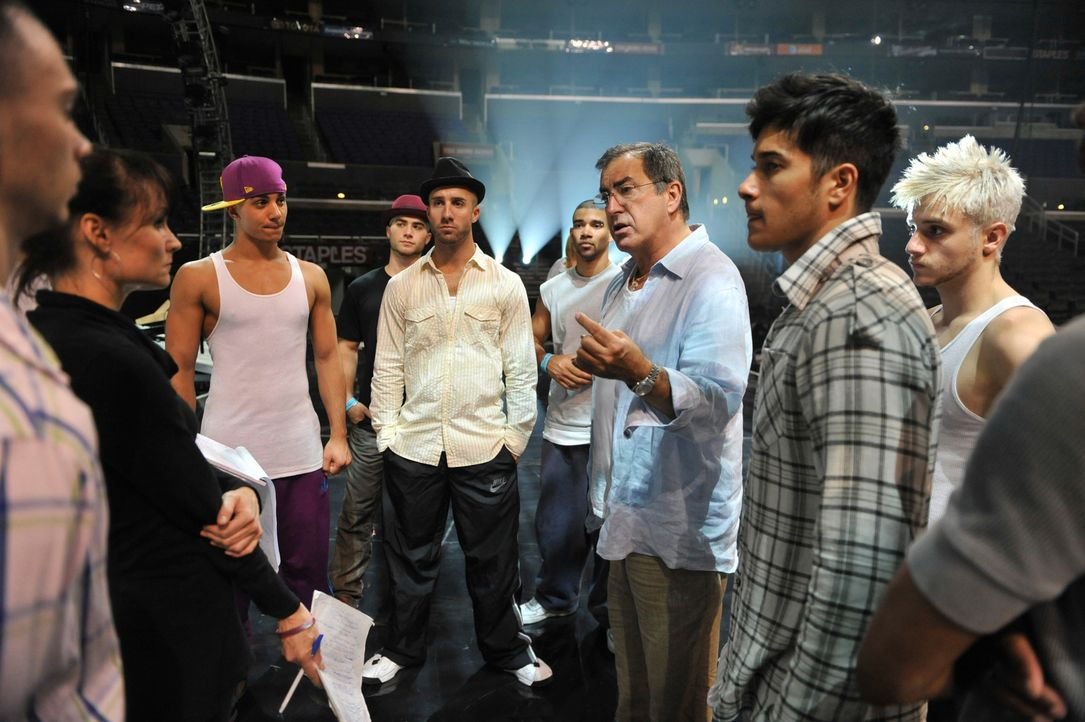 "Regisseur Kenny Ortega (3.v.r.): ""Die Aufnahmen, die von den frühen Stadien der Produktion bis hin zu den technischen Proben im STAPLES Center in L.... - Bildquelle: 2009 The Michael Jackson Company, LLC. All Rights Reserved."