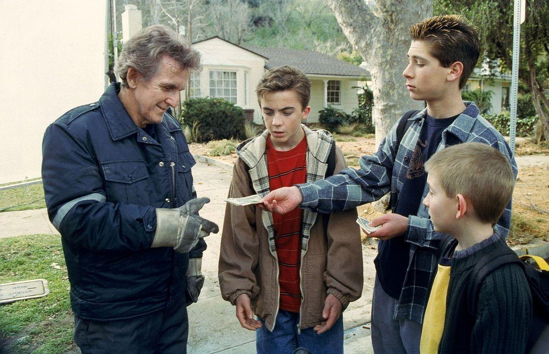 Malcolm (Frankie Muniz, 2.v.l.), Reese (Justin Berfield, 2.v.r.) und Dewey (Erik Per Sullivan, r.) kaufen dem Müllmann (Clement Blake, l.) ein alte... - Bildquelle: TM +   2000 Twentieth Century Fox Film Corporation. All Rights Reserved.