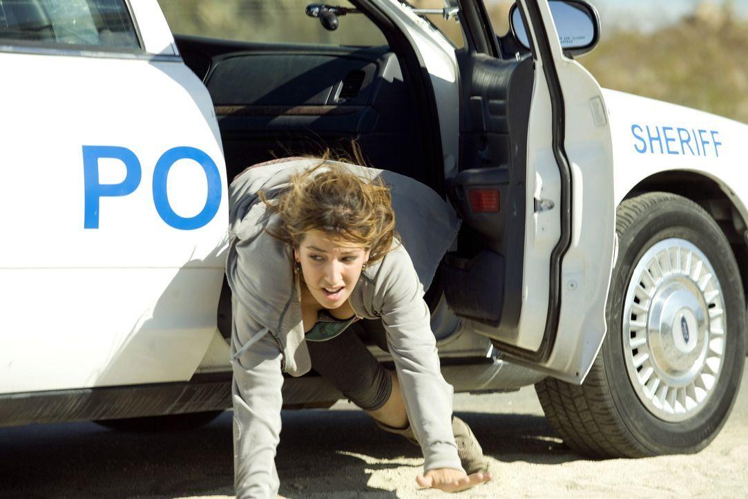 Eiskalt erschießen die Gangster die zwei Polizisten, die Leni Hayes (Vanessa Lengies) beschützen sollen. Die junge Frau kann gerade noch flüchten ..... - Bildquelle: Warner Brothers