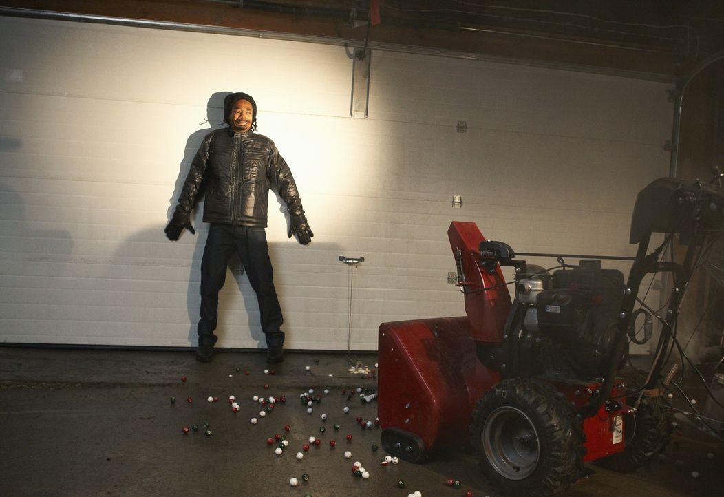 Gangster Hughes (Eddie Steeples) wird von einer Falle aus Murmeln fast zu Fall gebracht ... - Bildquelle: 2012 Twentieth Century Fox Film Corporation.  All rights reserved.