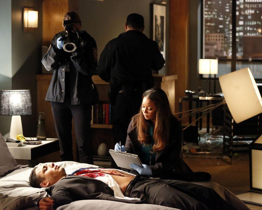 Als ein neuer Mordfall geschieht, müssen Castle und Beckett mit Elizabeth Weston (Salli Richardson-Whitfield, r.) zusammenarbeiten ... - Bildquelle: 2013 American Broadcasting Companies, Inc. All rights reserved.