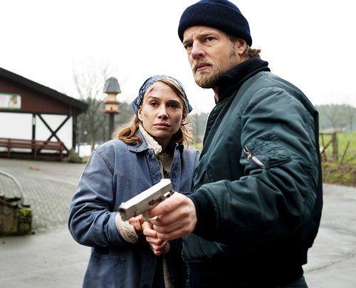 Mick (Henning Baum) ist überzeugt, dass Silke (Nadeshda Brennicke) nichts mit dem Mord zu tun hat. - Bildquelle: Martin Rottenkolber - Sat1