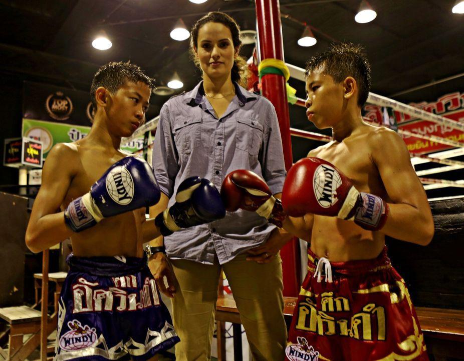 Reporterin Mary-Ann Ochota (M.) besucht die kleinen Muay Thai Boxer in Thailand und erkennt, welch schädlicher Einfluss dieser Sport auf die Kinder... - Bildquelle: Quicksilver Media 2012