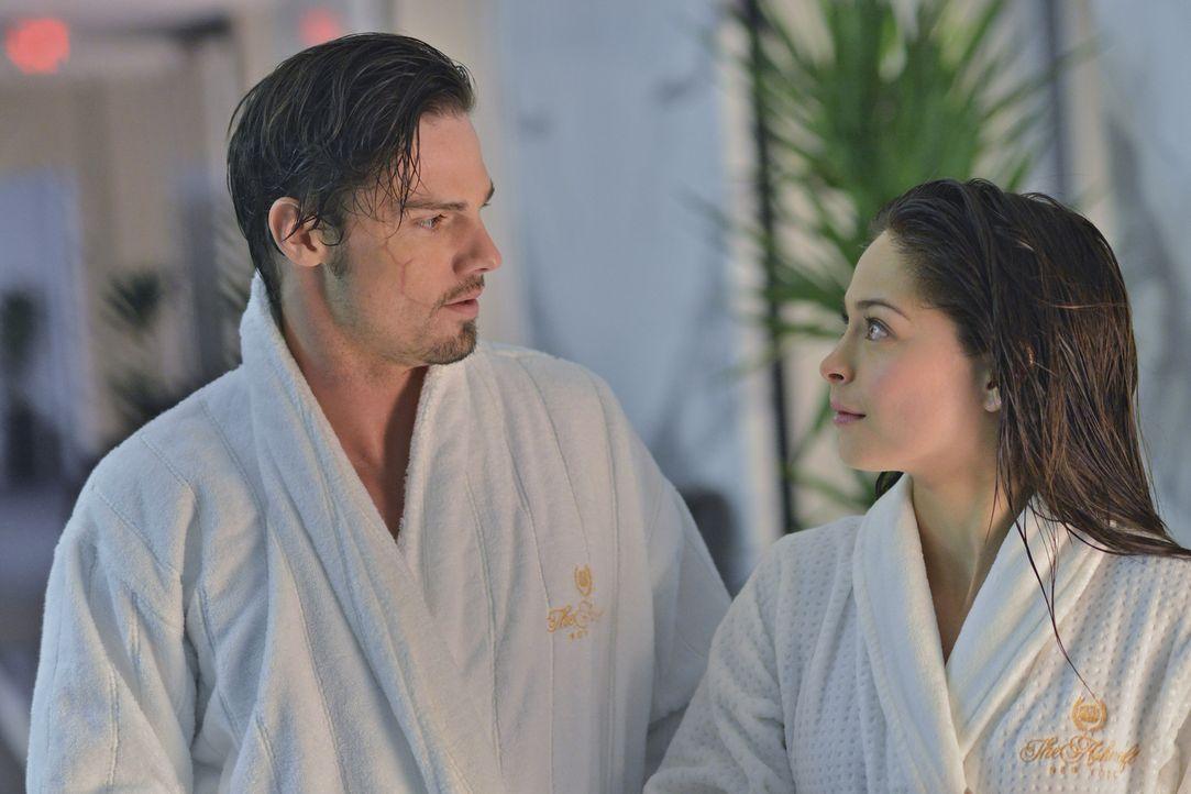 Träumen von einem Leben zu zweit: Catherine (Kristin Kreuk,r.) und Vincent (Jay Ryan, l.) - Bildquelle: 2012 The CW Network, LLC. All rights reserved.
