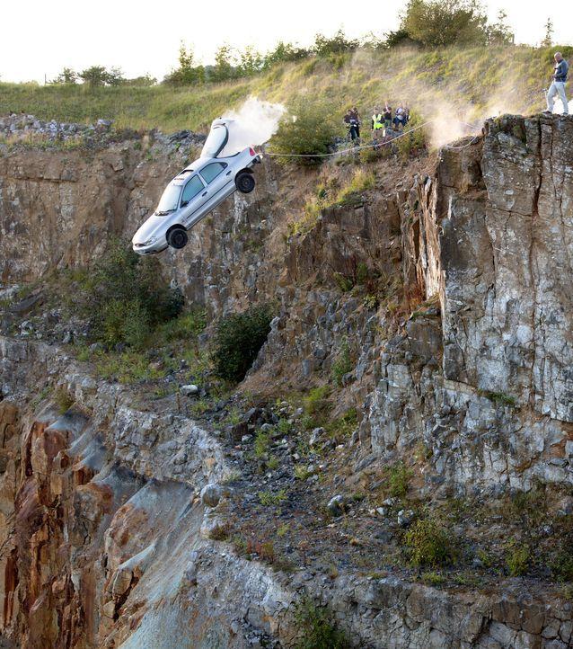 Jonathan Goodwin muss - an einem Wagen mit Raketenantrieb hängend - ein Schloss öffnen, um nicht eine 60 Meter hohe Klippe hinunter zu stürzen ... - Bildquelle: Objective Productions/UKTV
