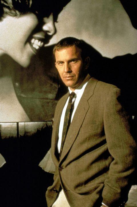 Der Bodyguard Frank Farmer (Kevin Costner, r.) soll die berühmte Schauspielerin und Sängerin Rachel Marron (Whitney Houston, l.) vor einem Verrückte... - Bildquelle: Warner Bros.
