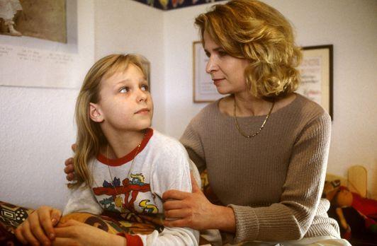 Gabi Kramer (Arianne Borbach, r.) stärkt ihrer Tochter Laura (Katja Abel, l.)...