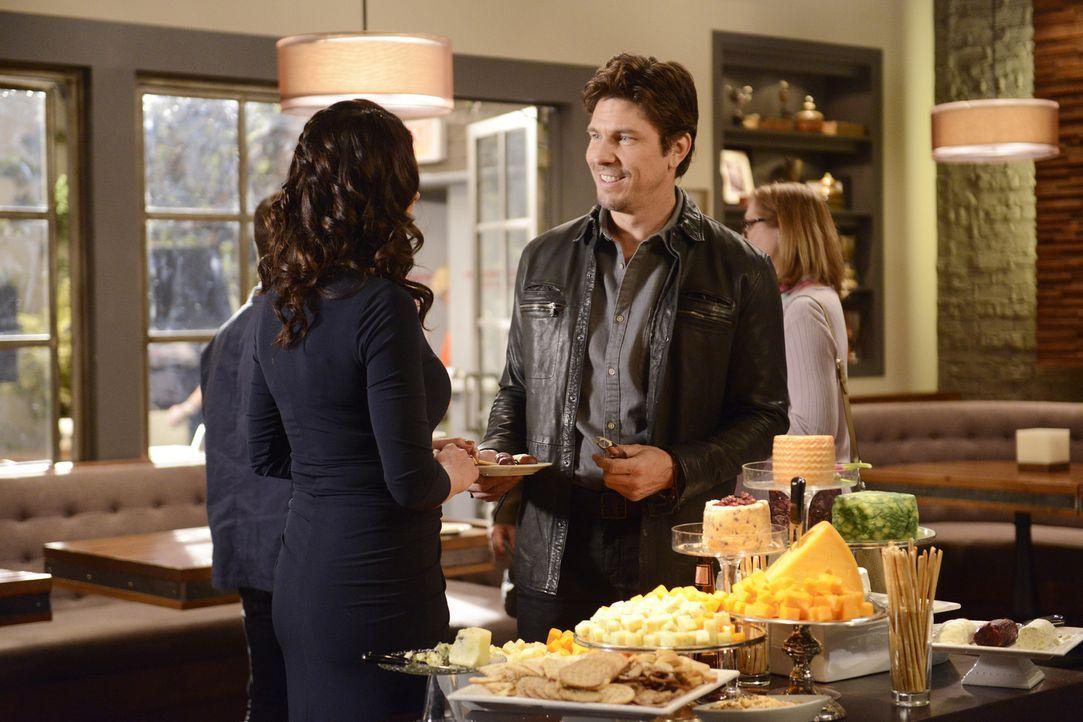 Sara (Paget Brewster, l.) ist überrascht, als Craig (Michael Trucco, r.) sie darum bittet, mit ihm zusammenzuziehen. Wie wird sie sich entscheiden?... - Bildquelle: Jordin Althaus 2016 ABC Studios. All rights reserved.