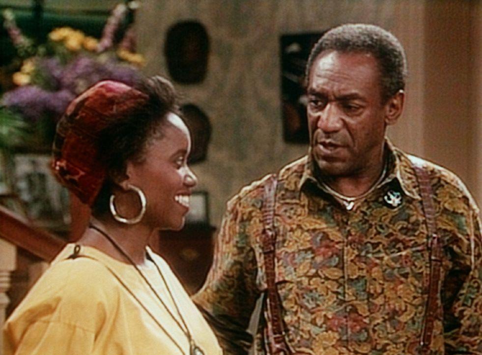 Cliff (Bill Cosby, r.) heißt Cousine Pam (Erika Alexander, l.) willkommen und macht sie gleich mit der Hausordnung bekannt. - Bildquelle: Viacom