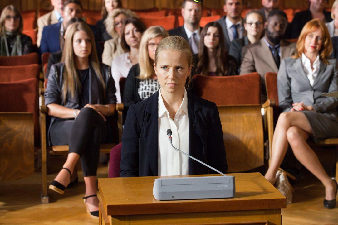 Polizistin Jenny (Susanne Bormann) wurde seit ihrer Teenagerzeit wegen ihres flachen Busens stark gehänselt. Als sie sich mit Hilfe eines Silikonimp... - Bildquelle: Maor Waisburd SAT. 1