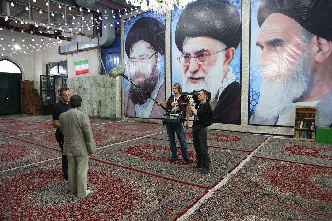 Reisejournalist Tom Waes (l.) wagt sich zu Zeiten Ahmadinedschads in den Iran und begegnet dort vielen interessanten Menschen, wie zum Bespiel dem h... - Bildquelle: 2013 deMENSEN