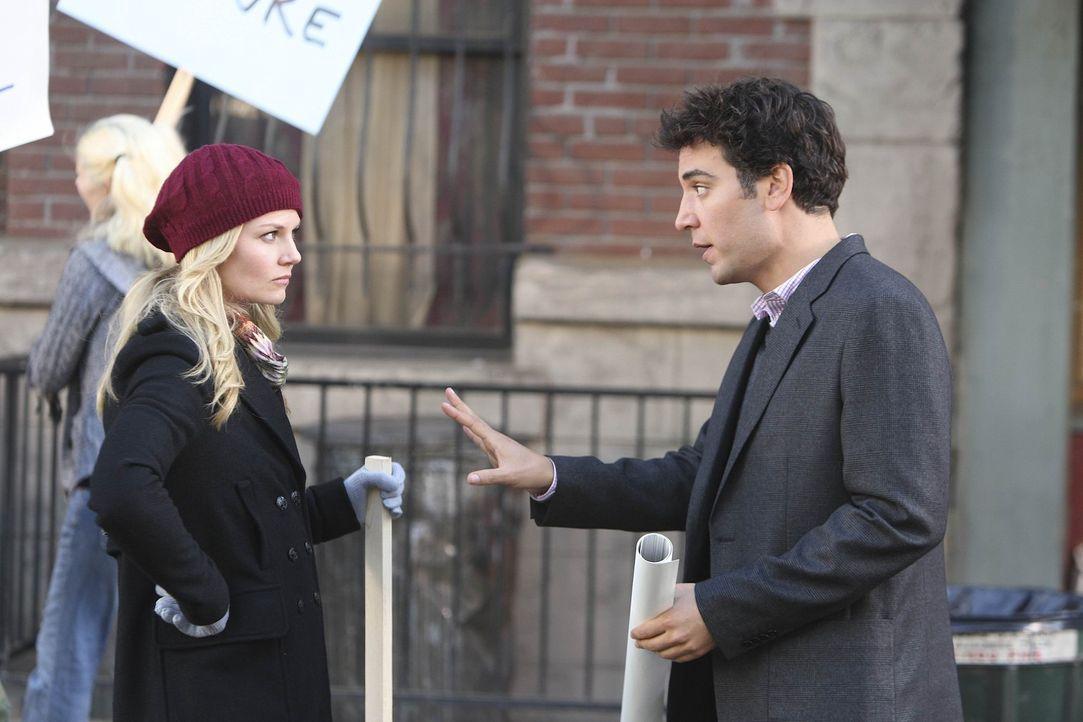 Ted (Josh Radnor, r.) lernt die sympathische Aktivistin Zoey (Jennifer Morrison, l.) kennen. Gemeinsam mit anderen versucht sie zu verhindern, dass... - Bildquelle: 20th Century Fox International Television