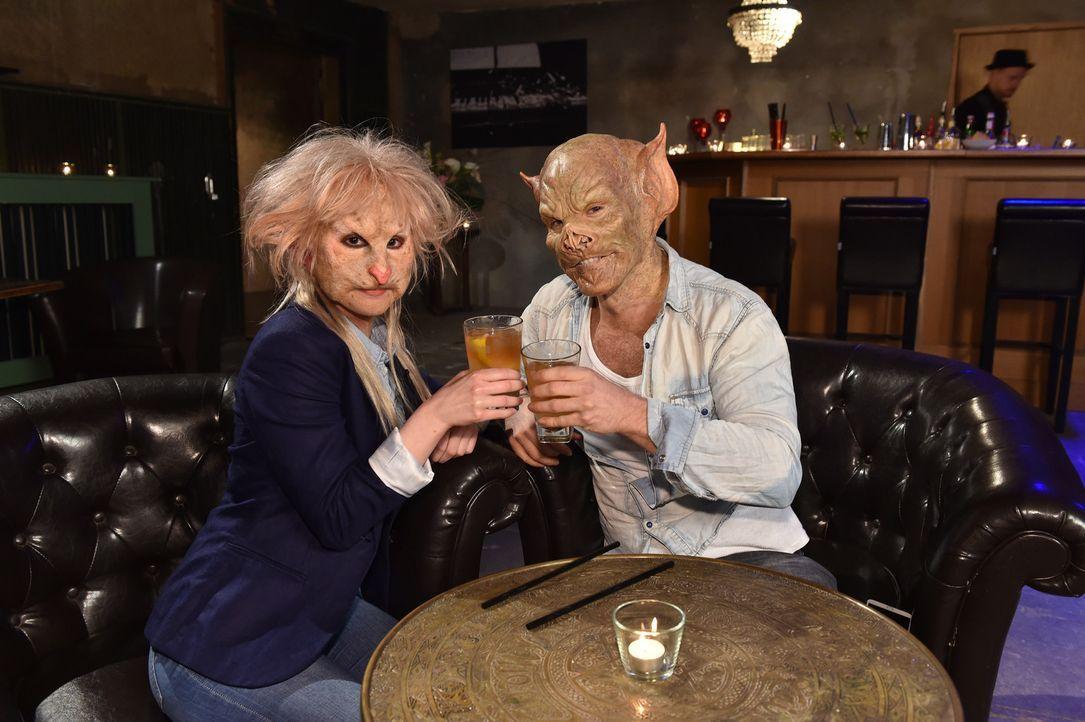 Verstehen sich Sophia (l.) und Tobias (r.) so gut, dass sie die Masken ganz vergessen? - Bildquelle: Andre Kowalski Sixx