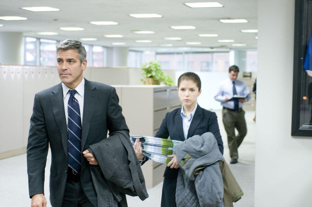 Um Natalie (Anna Kendrick, r.) klarzumachen, dass man Mitarbeitern nicht per Videokonferenz kündigen kann, nimmt sie Ryan (George Clooney, l.) mit... - Bildquelle: TM and   2009 by DW Studios LLC. All rights reserved.