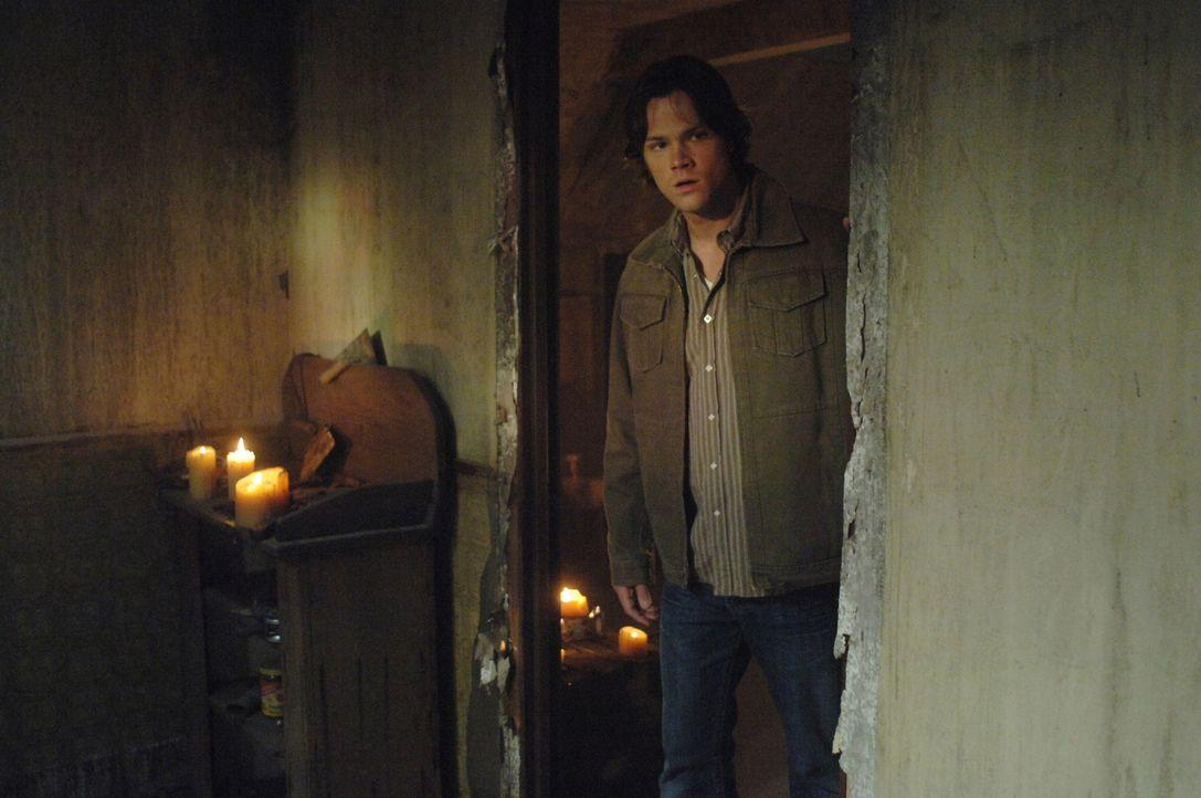 Zusammen mit seinem Bruder findet Sam (Jared Padalecki) in einem Geheimversteck ihres Vaters eine verzauberte Hasenpfote, die nicht nur Glück mit si... - Bildquelle: Warner Bros. Television