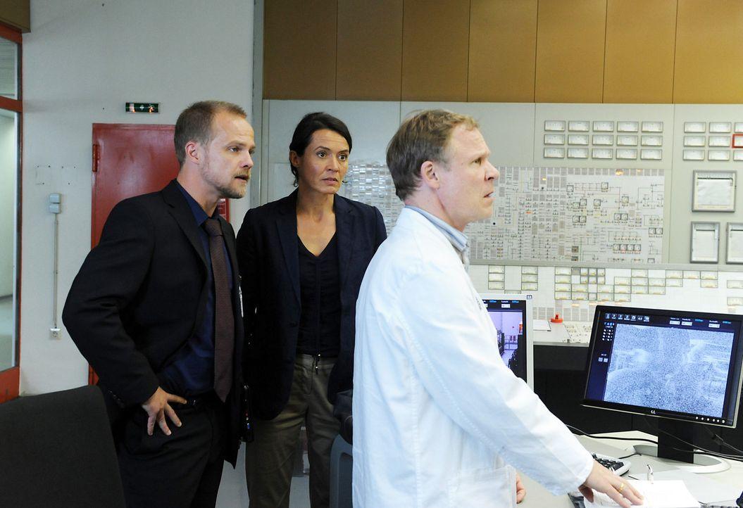Schichtleiter Johannson (Helmut Zhuber, r.) zögert immer noch, den Reaktor wieder herunterzufahren, obwohl besorgniserregende Daten übermittelt werd... - Bildquelle: SAT.1