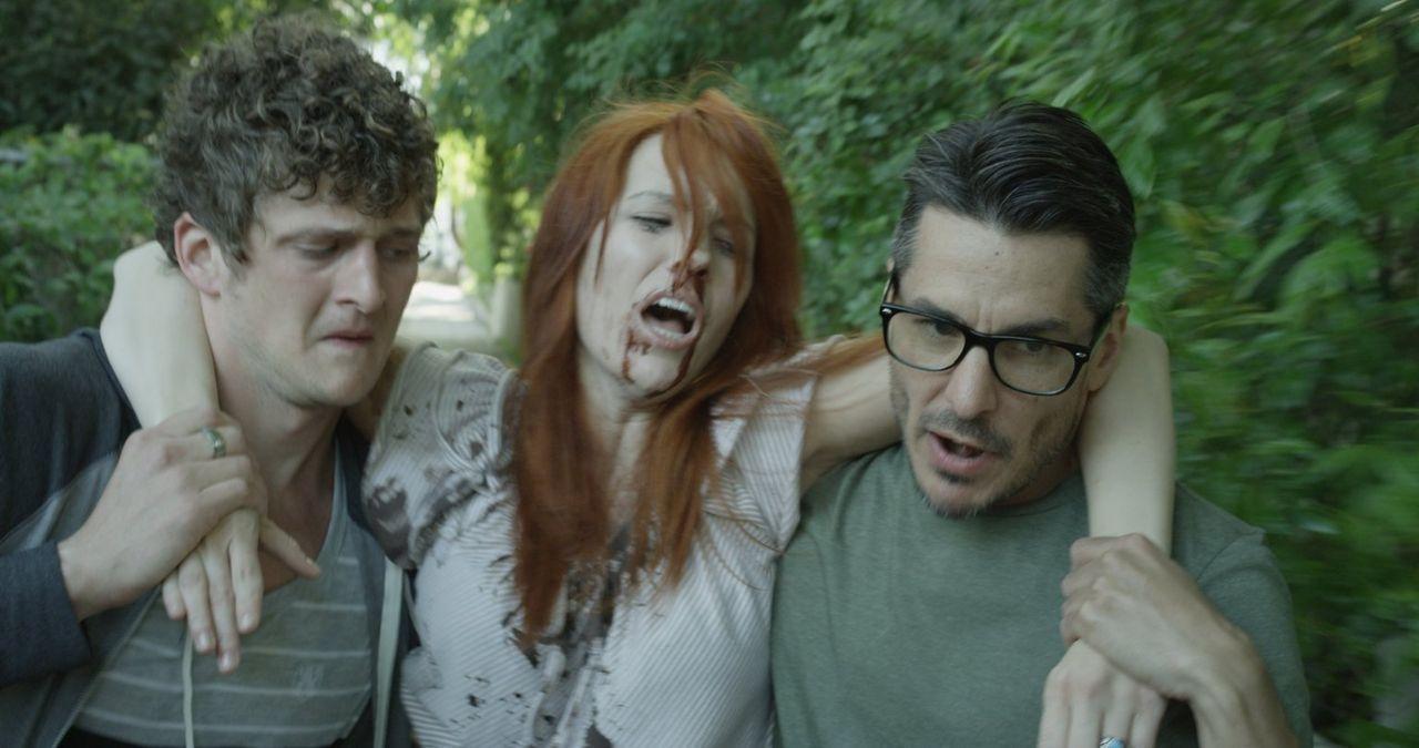 Noch ahnen Turner (Jerod Meagher, l.) und Nate (Dennis Leech, r.) nicht, dass sie sich schon bald wünschen, dass Astrid (Ali Williams, M.) stirbt ... - Bildquelle: Warner Bros. All Rights Reserved.