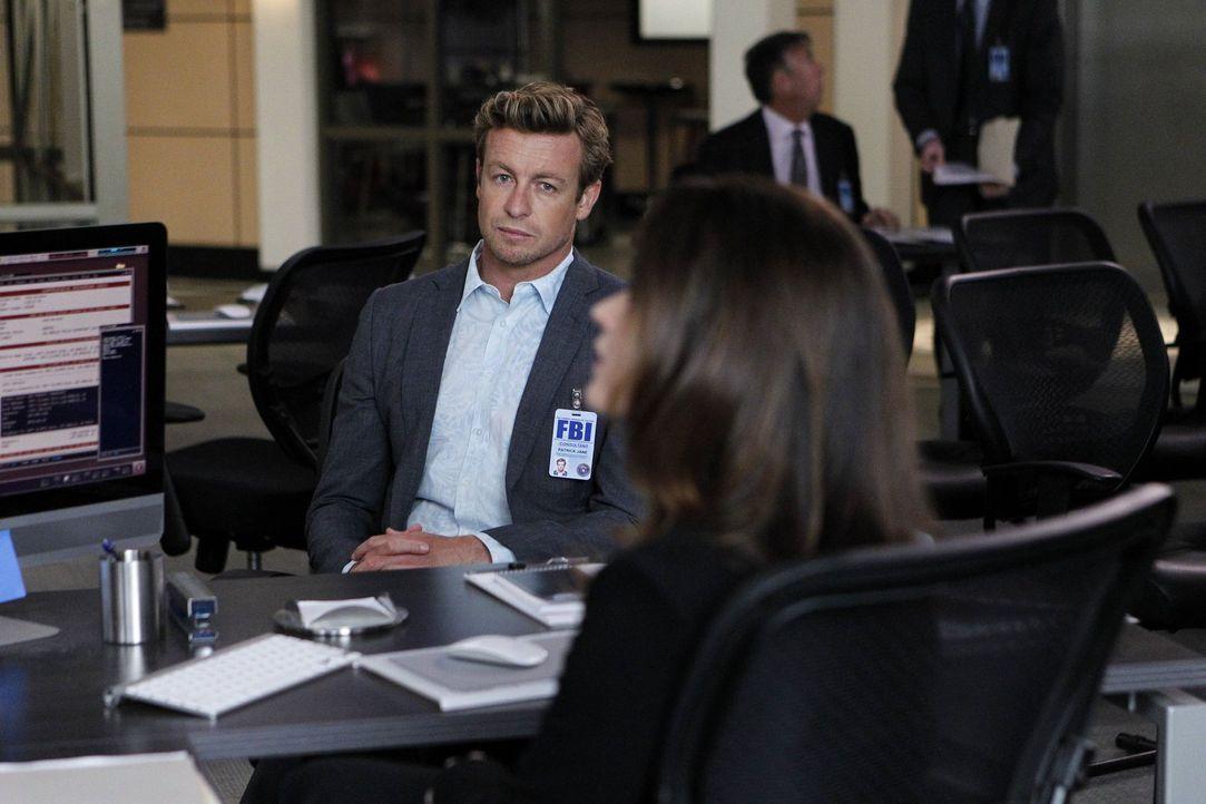 Während Abbott, Cho und der Rest des Teams weitere grausame Details über einen Menschenhändlerring aufdecken, muss Jane (Simon Baker, l.) damit fert... - Bildquelle: Warner Bros. Television