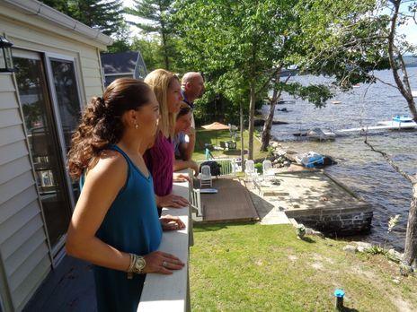 Das erste Mal ist Danielle (2.v.l.) am Sebago Lake, Maine, als sie einen Camp...