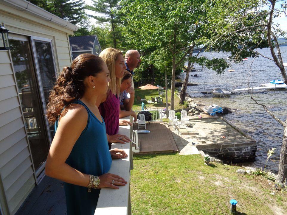Das erste Mal ist Danielle (2.v.l.) am Sebago Lake, Maine, als sie einen Campingtrip mit ihrem späteren Ehemann Shawn (r.) unternimmt. Nun möchte si... - Bildquelle: 2015, HGTV/Scripps Networks, LLC. All Rights Reserved.