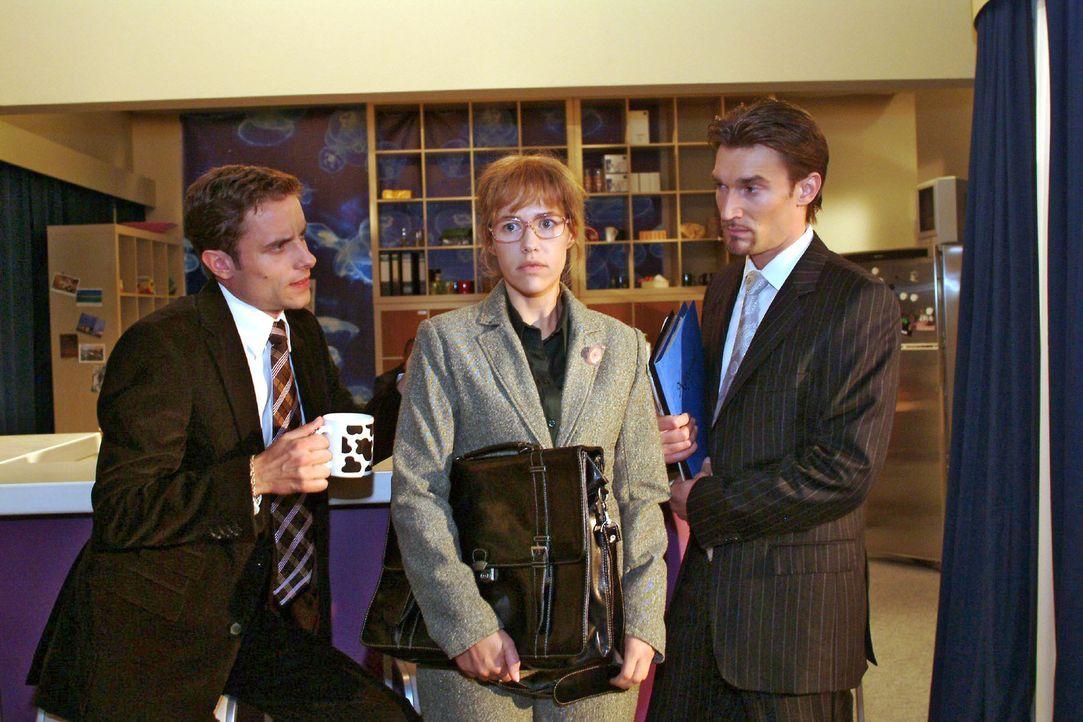 Lisa (Alexandra Neldel, M.) lässt sich von Richard (Karim Köster, r.) und Max (Alexander Sternberg, l.) überreden, eine Rede zu halten. (Dieses F... - Bildquelle: Monika Schürle Sat.1