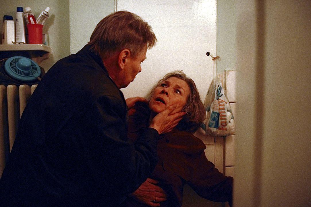 Erhardt (Günther Junghans, l.) versucht alles, um von Irene (Jutta Wachowiak, r.) zu erfahren, was in Zürich passiert ist. Er befürchtet, dass si... - Bildquelle: Jeanne Degraa ProSieben