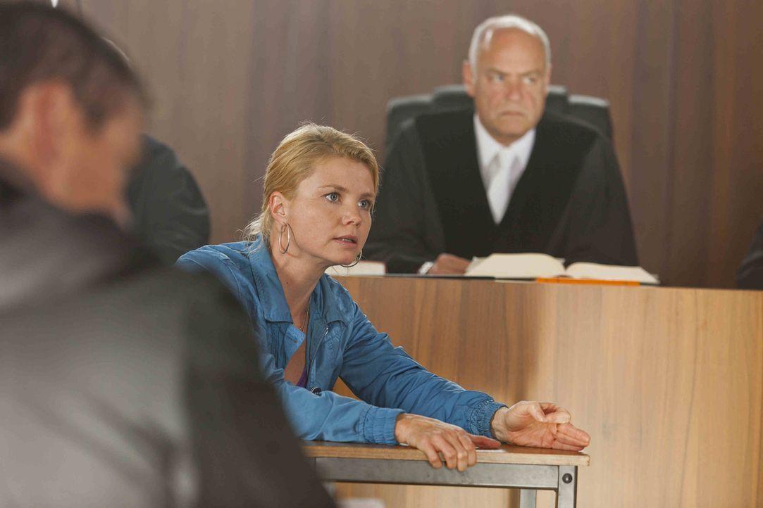 Gibt alles, um einen Fall zu gewinnen: Danni (Annette Frier, M.) ... - Bildquelle: Frank Dicks SAT.1