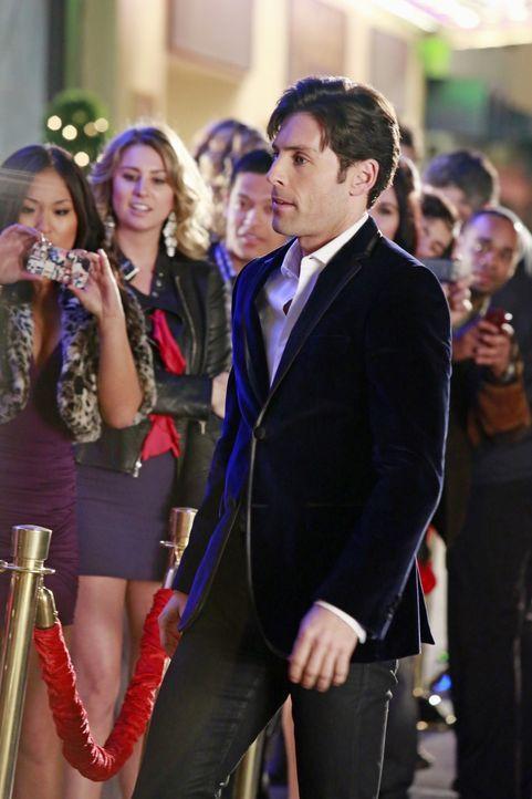 """Beau Randolph (Jordan Belfi, r.), der Besitzer von """"College Girls gone crazy"""", einem Porno-Video-Franchise, wird von seinen Fans empfangen. - Bildquelle: 2012 American Broadcasting Companies, Inc. All rights reserved."""
