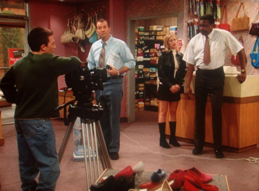 Al (Ed O'Neill, 2.v.l.) als Star eines Werbespots: Das schreckt die Kunden ab. - Bildquelle: Sony Pictures Television International. All Rights Reserved.