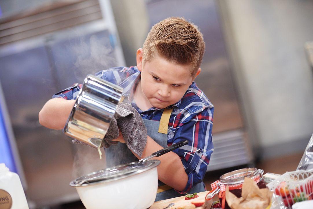 Cody gibt sein Bestes, denn er will mit seinen Backkünsten unbedingt die Jury überzeugen ... - Bildquelle: Eddy Chen 2014, Television Food Network, G.P. All Rights Reserved