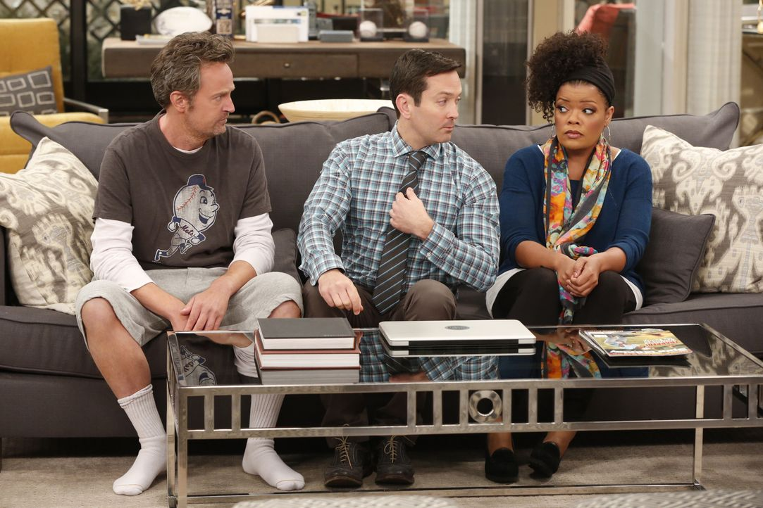Fernsehen oder Radio? Felix (Thomas Lennon, M.) und Dani (Yvette Nicole Brown, r.) überlegen, ob Oscar (Matthew Perry, l.) von der Radiostimme zum F... - Bildquelle: Cliff Lipson 2014 CBS Broadcasting, Inc. All Rights Reserved