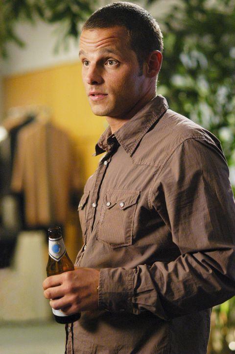 Rückblende: Alex (Justin Chambers) findet Gefallen an Izzie ... - Bildquelle: Touchstone Television