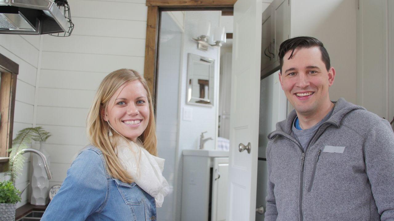 Erfüllen sich ihren Traum vom Eigenheim - alles andere als spießig und normal: Teresa (l.) und David (r.) ... - Bildquelle: 2016, HGTV/Scripps Networks, LLC. All Rights Reserved.
