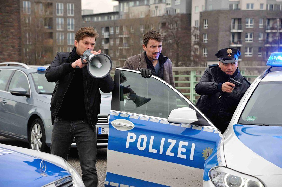 Jagen einen psychopathischen Mörder und Entführer: Fritz (Matthi Faust, l.) und Alexander (Alexander Khuon, M.) ... - Bildquelle: Hardy Spitz SAT.1