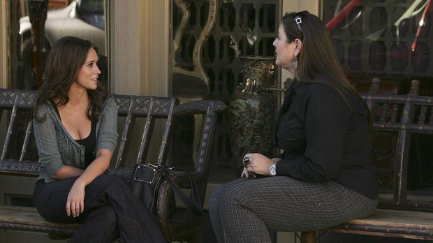 Delia( Camryn Manheim, r.) ist sehr froh, dass Melinda (Jennifer Love Hewitt,...