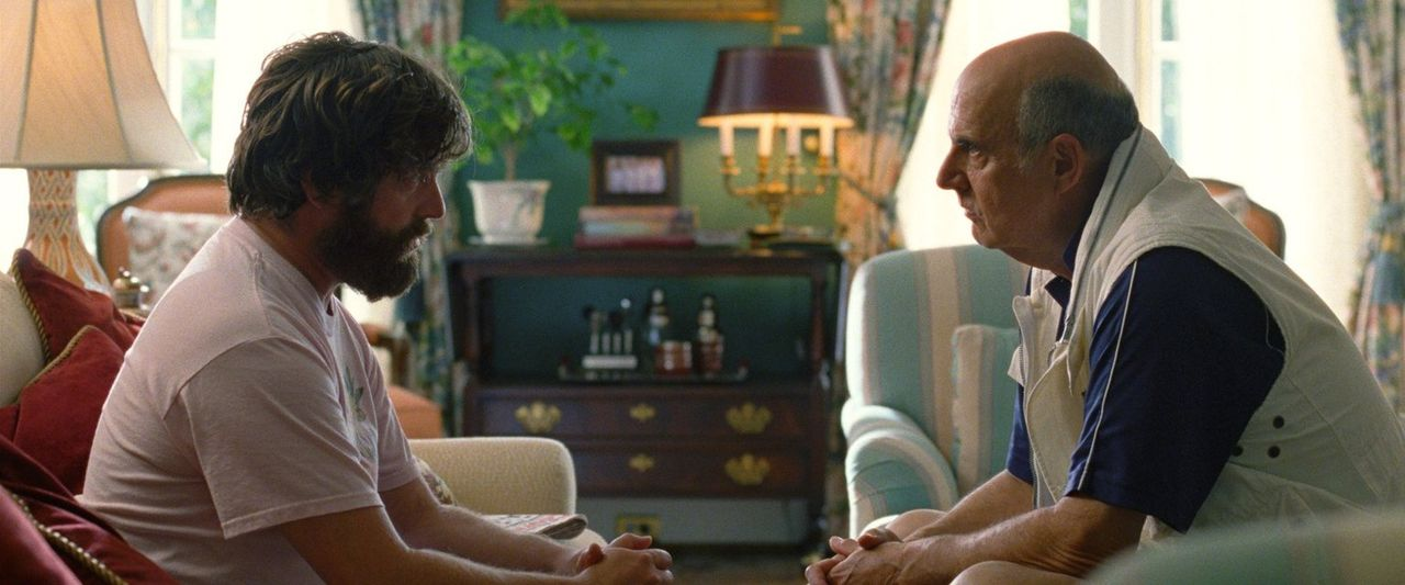 Als Alans (Zach Galifianakis, l.) Vater Sid (Jeffrey Tambor, r.) stirbt, gibt es kein Halten mehr für den durchgeknallten Chaoten. Da beschließen di... - Bildquelle: 2013 Warner Brothers