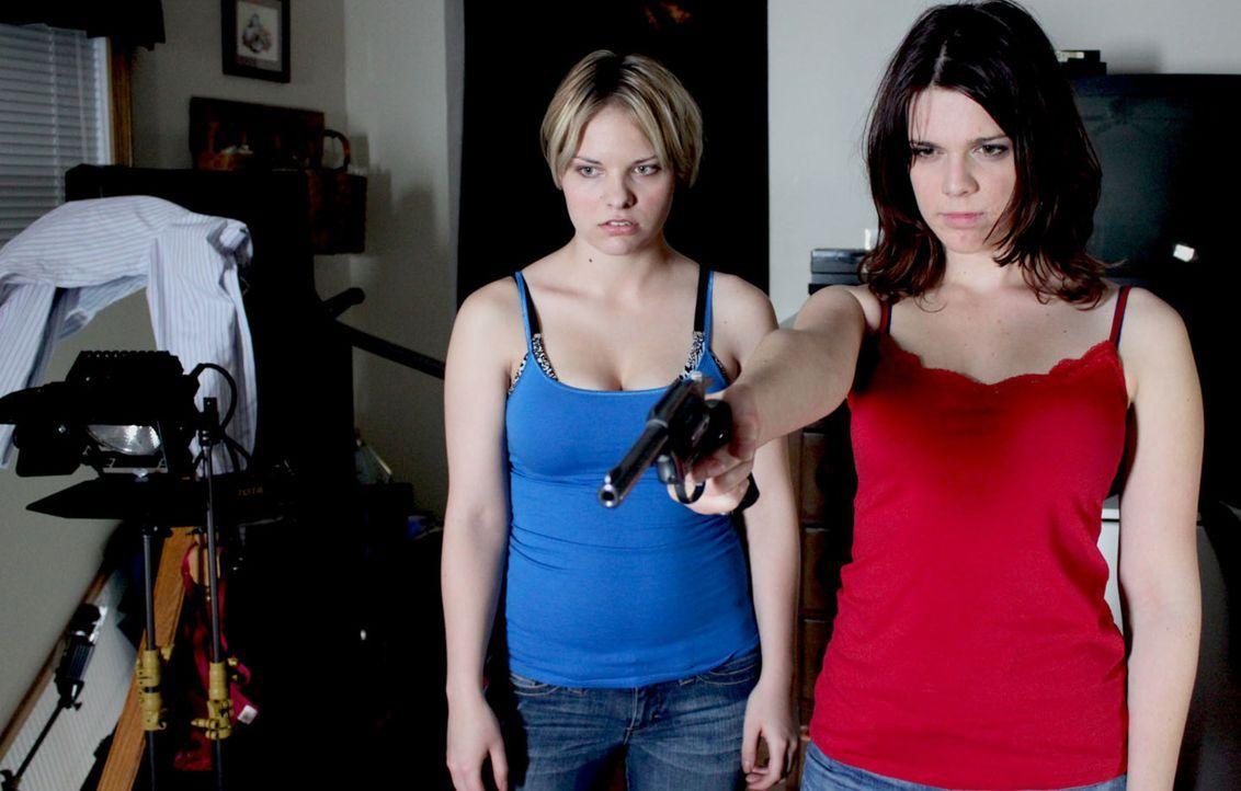 Gemeinsam bringen die skrupellosen Jennifer Jones (r.) und ihre Freundin Bobbi Jo Smith (l.) den Amateur-Pornoregisseuren Bob Dow um ... - Bildquelle: M2 Pictures