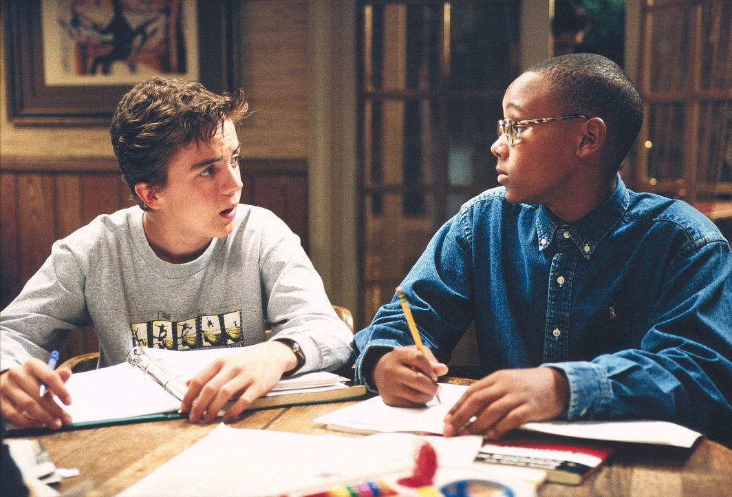 Malcolm (Frankie Muniz, l.) und Stevie (Craig Lamar Traylor, r,) sind mit einer Hausaufgabe sehr beschäftigt. - Bildquelle: TM +   2000 Twentieth Century Fox Film Corporation. All Rights Reserved.