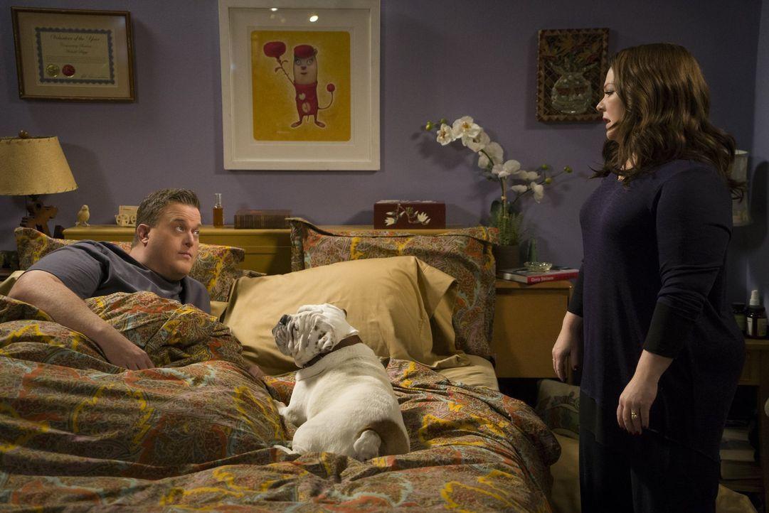 Weil Molly (Melissa McCarthy, r.) von Mikes (Billy Gardell, l.) übertriebener Fürsorge für den Hund zweier inhaftierter Frauen genervt ist, kommt es... - Bildquelle: Warner Brothers